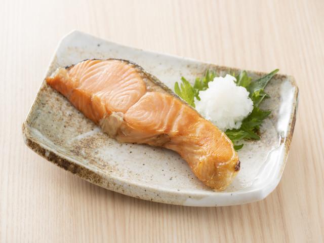 旬の季節到来!鮭をレンジだけで手間なくふっくら焼くコツ