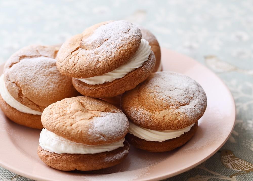 レトロでかわいい!ふわふわ絶品「クリームサンドブッセ」の作り方【材料4つで本当においしいお菓子 Vol.18】
