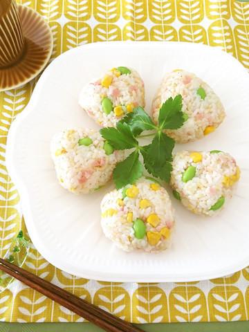 【お弁当に】彩り豊かな「具だくさんおにぎり」バリエ♪