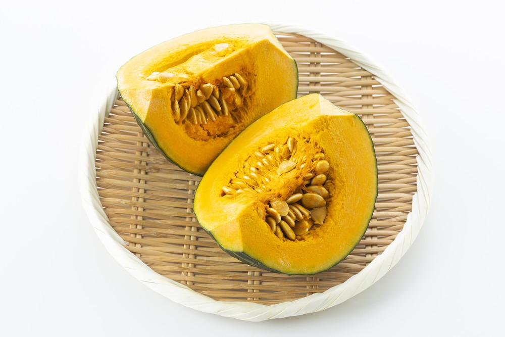 知っておくと便利!「かぼちゃの種」を簡単に取るワザ