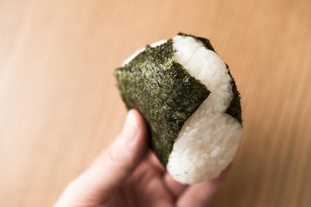 【裏ワザ】おにぎりの「海苔」が噛み切りやすくなる方法を試してみた!