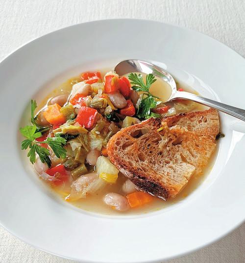旨みたっぷりで簡単に作れる!「塩と水の幸せスープ」とは?【上野万梨子さんのパリ流おうち暮らし】