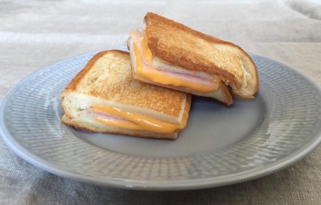 専用メーカー不要!とろ〜りアツアツ美味な「ハム&チーズホットサンド」
