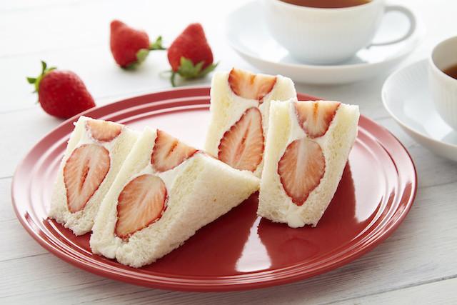 ふわっふわおいしい「いちごのフルーツサンド」【きれいな断面を作るコツ付き!】