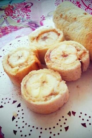 食パンで簡単!朝食にぴったりな「バナナのシナモンロール」