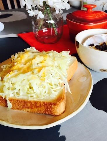 【1枚で大満足】春の朝ごはんにおすすめの「キャベツトースト」レシピ