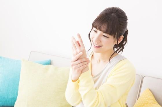 【ハンドクリームの塗り方】ハンドクリームを出すのは、手のひら?手の甲?じつは○○が正解!