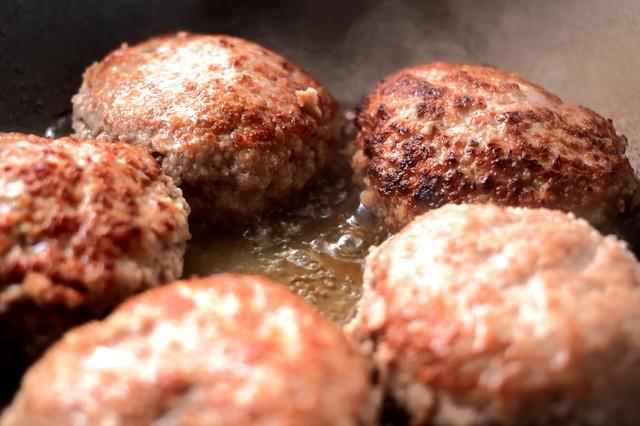 肉汁じゅわっ!間違いなく美味しくなる「ハンバーグの焼き方」