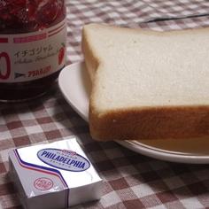 クリームチーズとイチゴジャムのトースト