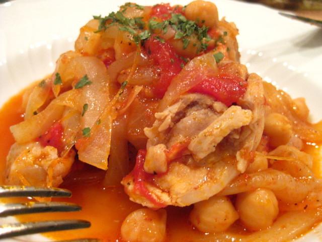 鶏もも肉とヒヨコ豆のピリ辛トマト煮込み