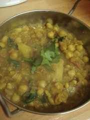 ジャガイモとひよこ豆のインド家庭カレーの写真