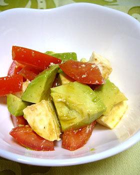 トマト・アボカド・モッツァレラのサラダ