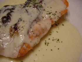グリル鮭のチーズソースがけ