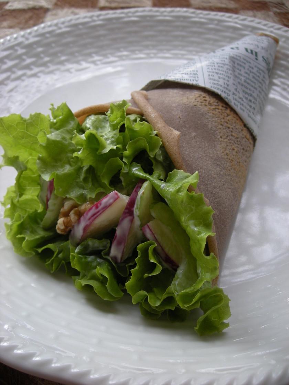 高原野菜とりんごを包んだ蕎麦粉のクレープ