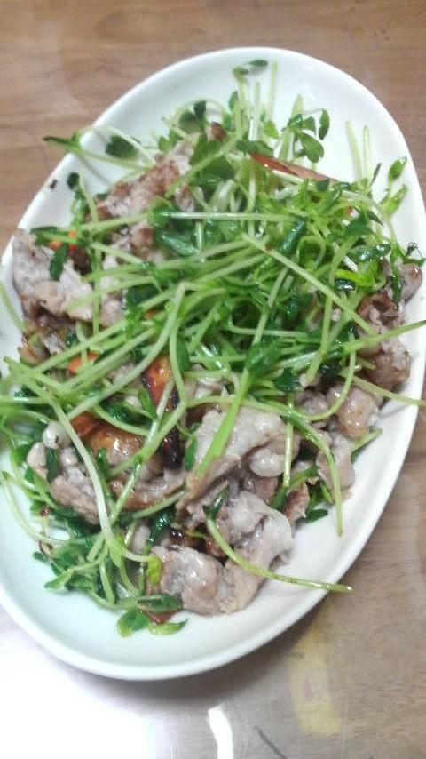 簡単! 豆苗と豚肉のウェイパー炒め物