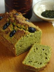緑茶の茶がらとおからのブレッドケーキの写真