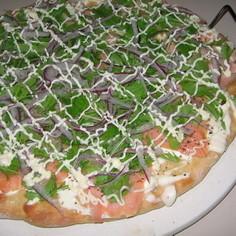 サーモン&サワークリームのサラダピザ