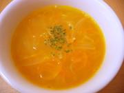 玉ねぎとニンジンの食べるコンソメスープの写真