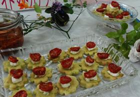 オリーブオイル漬けドライトマトのカナッペ