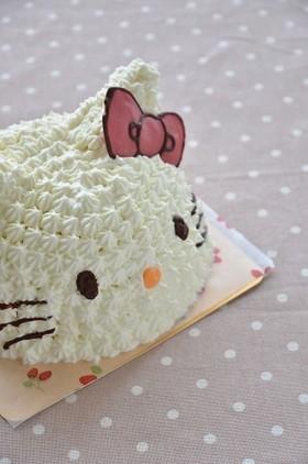 ボールでキティちゃんの立体キャラケーキ