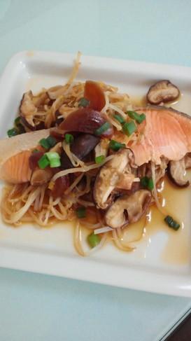 フライパンで簡単☆鮭ともやしの蒸し焼き