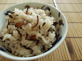 ひじきと梅干の炊き込みご飯