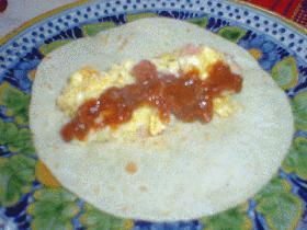 Burrito de huevo (トロトロ卵とチーズのブリート)