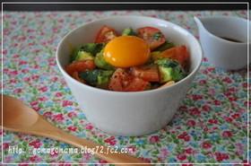 アボカドトマトのイタリアンな卵かけごはん