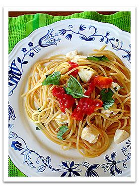 トマト、モッツァレラ、バジルのフレッシュパスタ