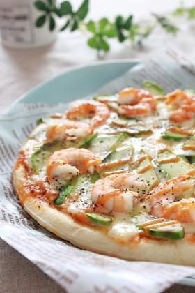 オーロラソースでアボカドとエビのピザ
