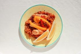 洋風魚介スープの素で鶏肉と雑穀のパエリア