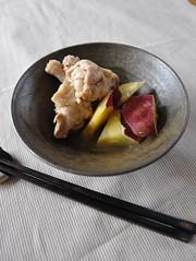 さつまいもと鶏手羽のはちみつしょうゆ煮の写真