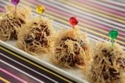 華やか☆甘酢肉団子のごぼうチップ包みの写真
