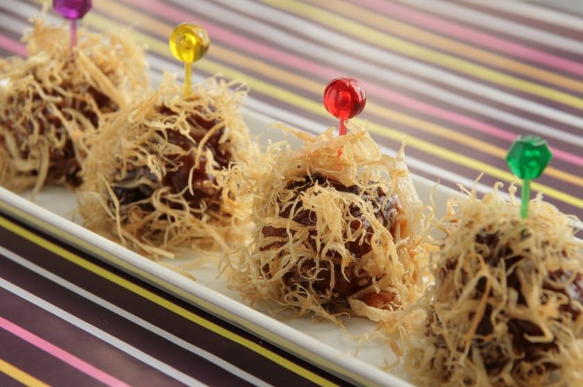 華やか☆甘酢肉団子のごぼうチップ包み