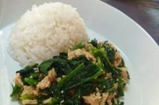 鶏ひき肉とホウレン草のカレーペースト炒め