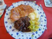 英国料理!ステーキ&ソーセージパイの写真
