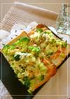 崩しブロッコリーと鮭フレのトースト