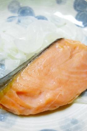 *ルクエde塩鮭と新玉ねぎのレンジ蒸し*