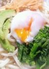 菜の花とアボカドの塩麹タレのサラダうどん
