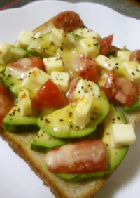 アボカド&トマト&チーズのトースト