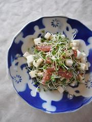 マグロ長芋松の実サラダの写真