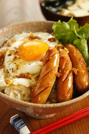 特製生姜醤油のウインナー丼。の写真