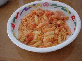 トマトチーズソースのパスタ