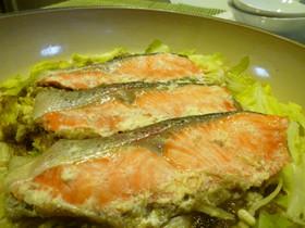 塩麹×白味噌漬け鮭とキャベツの蒸し焼き