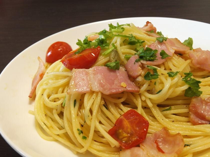 パセリとトマトとヒマワリ種のパスタ
