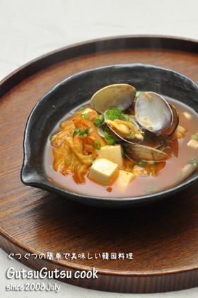 韓国料理ー豆腐とアサリ入りのキムチスープ