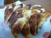 餃子の皮でそら豆とチーズの揚げ焼きの写真