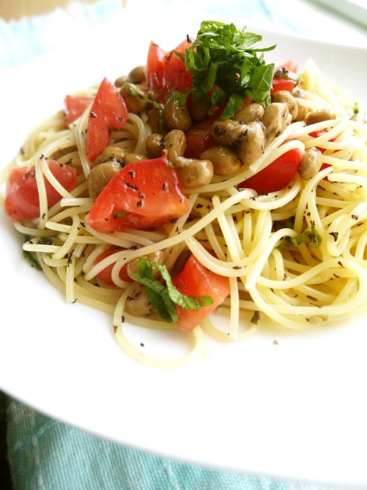 冷凍納豆でさっぱり!トマトとシソの冷製パスタ