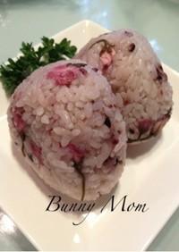 ピンクで可愛い♡古代米入り桜むすび