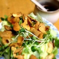 にんにくチップのレタスサラダ。